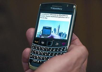 Un usuario de Blackberry consulta una página con información sobre el fallo de la empresa, ayer en Ottawa.