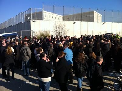 300 funcionaris s'han concentrat aquest matí a les portes de Quatre Camins, a la Roca del Vallès.