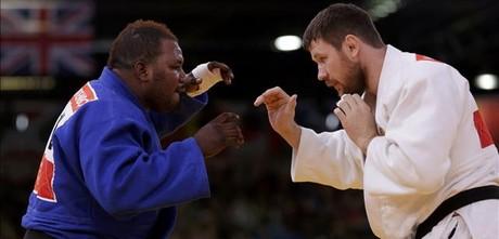 Cedric Mandembo (esquerra) lluita amb Alexander Mikhaylin en el seu únic combat a Londres.