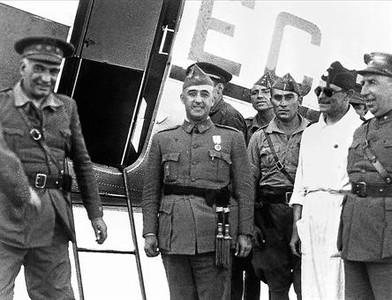 Franco llega a Sevilla el 23 de julio de 1936. Aún sin el bigote, que se afeitó para pasar desapercibido en el viaje de Canarias a Marruecos.
