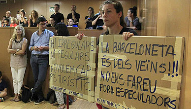 Vecinos de la Barceloneta, durante la reuni�n con la concejala Merc� Homs.