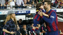 Shakira observa a Piqu� y a Milan, el s�bado en el Camp Nou.