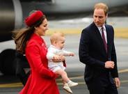 Los duques de Cambridge, con su primer hijo, el pr�ncipe Jorge, el pasado abril en Nueva Zelanda.