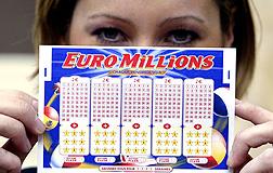 Una mujer sostiene un boleto del Euromillones.