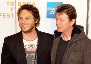 David Bowie (derecha) y su hijo, el director de cine Duncan Jones.