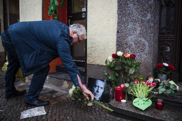 Homenaje a Bowie en el portal de su antigua casa en Berlín