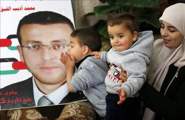 La mujer de Mohamed Al Qiq y sus hijos en una reciente rueda de prensa.