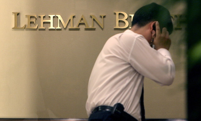Un empleado de Lehman Brothers, en la sede de Seúl, el 16 de septiembre del 2008, tras el crack.