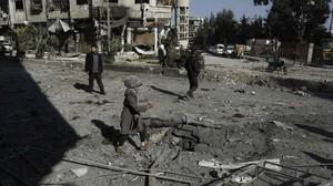 Una niña camina entre los escombros tras un bombardeo a las afueras de Damasco.