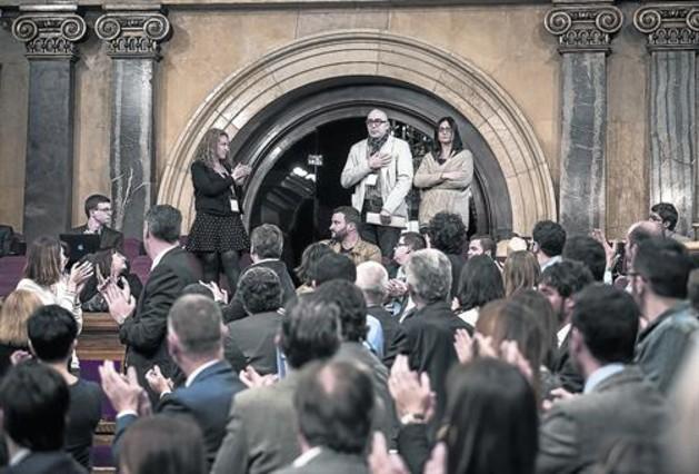 Manuel Barbero, padre de una víctima, ovacionado en el Parlament.