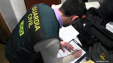 Un grup de socis de l'Espanyol ofereixen els seus carnets a guàrdies civils i policies nacionals