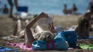 Lectores en la playa.