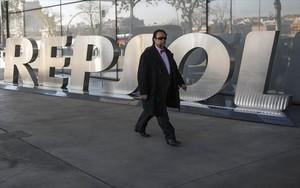 Un viandante pasa junto a la sede central de Repsol, en Madrid.