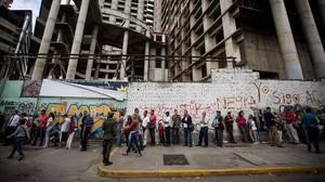 Un grupo de personas aguardan para realizar transacciones bancarias, en Caracas, el 13 de diciembre.