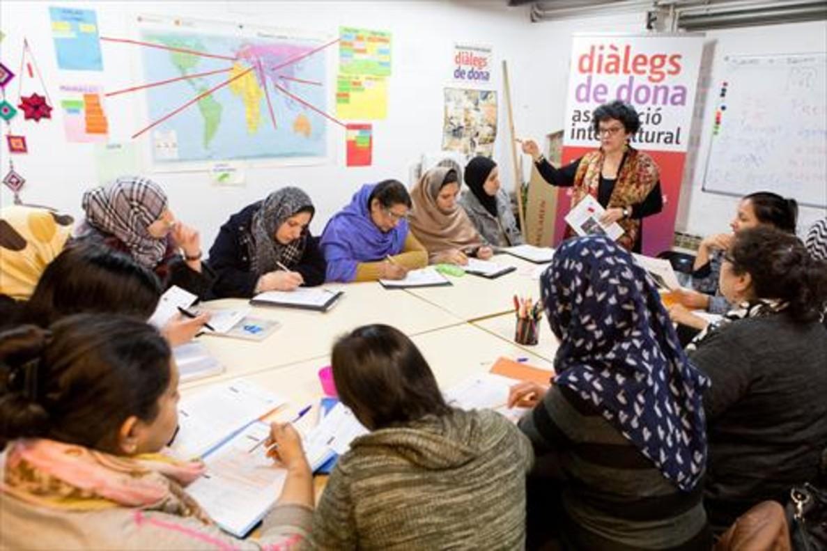 Integración 8Amor (de pie), con alumnas de Diàlegs de Dona.