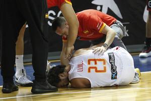 Llull se duele en el suelo después de lesionarse ante Bélgica