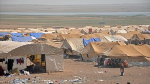 mbenach39698442 displaced syrians from deir ezzor are seen at a make shift c170821105307