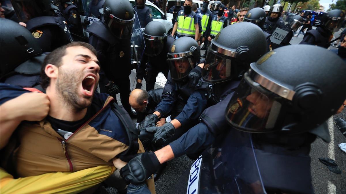 La Policía Nacional carga en la escuela Ramon Llull de Barcelona.