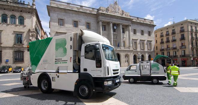 Vehículos eléctricos para la gestión de residuos en Barcelona.