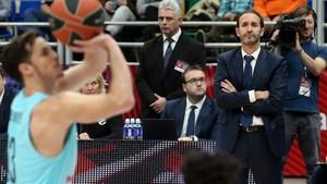 Sito Alonso observa a Heurtel en un tiro libre.