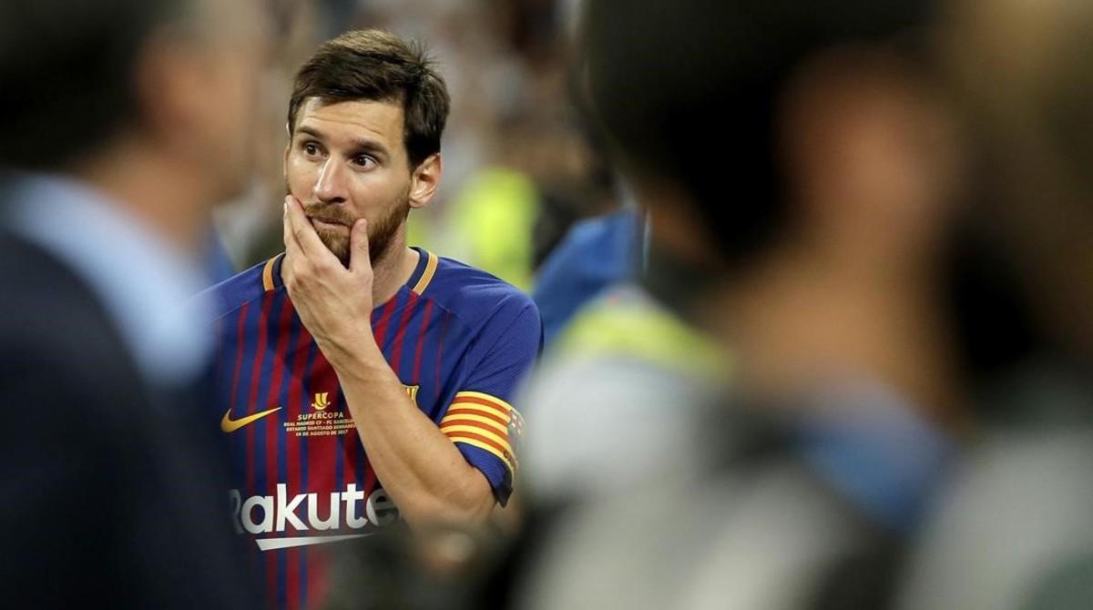 Un Leo Messi pensativo reflexiona tras caer en el Berrnabéu, en agosto pasado.