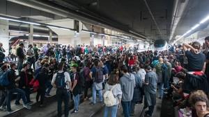 Los manifestantes ocupando las vías del AVE en la estación de Sants.