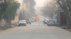 Una columna de humo y fuego se eleva en la sede de Save the Children en Jalalabad, en Afganistán, este miércoles.