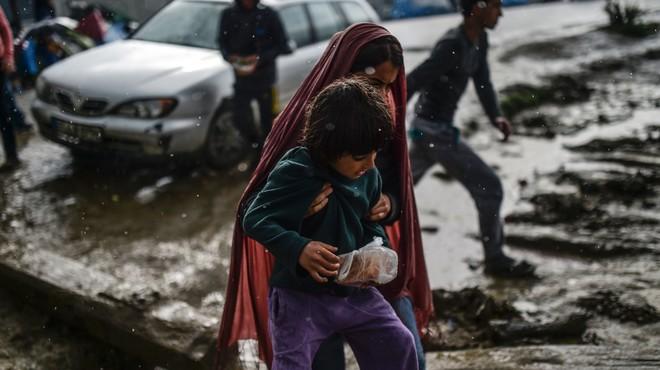 Quatre dones i un nen refugiats moren ofegats a l'enfonsar-se la llanxa en què intentaven arribar a Grècia