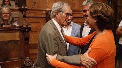 La alcaldesa Ada Colau saluda a Xavier Trias antes de la celebraci�n del pleno.