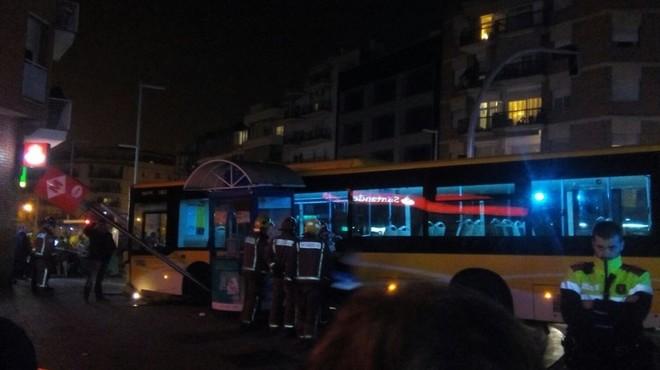 Un autobús pierde el control y choca contra una parada de metro en Santa Coloma