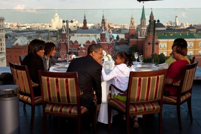 Obama cena con su familia en un restaurante de Moscú, en julio del 2009.