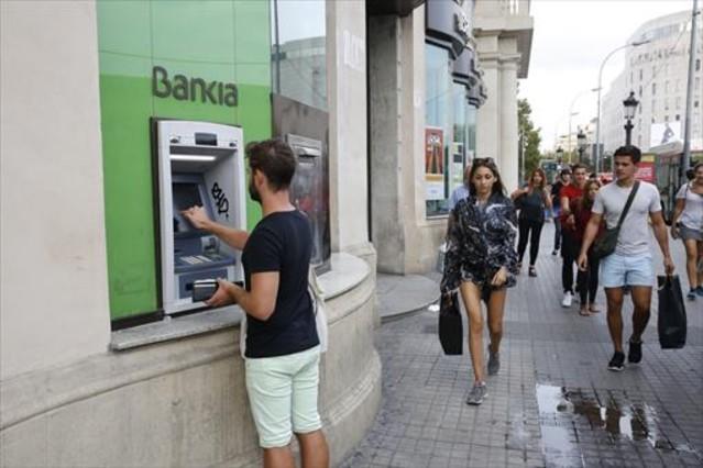 Bankia y otros siete bancos contra el cobro de comisiones for Cajeros barcelona