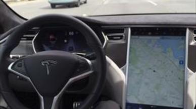 Un coche de Tesla con el piloto autom�tico de conducci�n aut�noma activado.