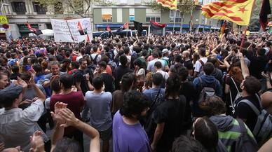 """Gritos de """"fascistas"""" ante las sedes de PP y C's"""