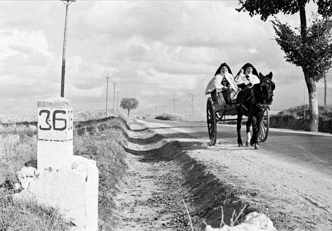 La vida en blanco y negro - Página 11 Fotografia-monjas-viajeras-que-forma-parte-exposicion-carlos-saura-fotografo-espana-anos-1464280775448