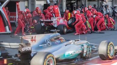 Hamilton pasa por delante de Vettel en un 'pit stop' en Bakú.