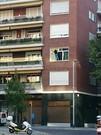 Imagen en la que puede comprobarse como la mujer desaf�a el peligro desde la altura de un segundo piso.