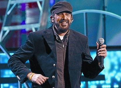Juan Luis Guerra triunfa y sermonea en los Grammy Latino