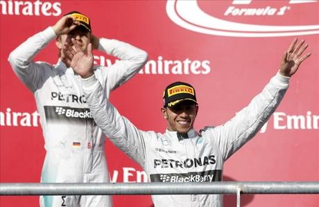 Lewis Hamilton saluda desde el podio del circuito de las Am�ricas ante su compa�ero, Nico Rosberg, relegado a la segunda plaza.