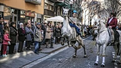 La cabalgata de carruajes en la fiesta de Tres Tombs por el barrio de Sant Andreu.