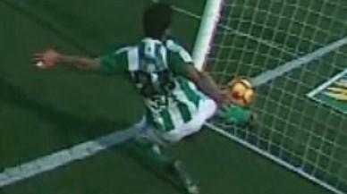 Mandi despeja el balón dentro de su portería en la jugada polémica.