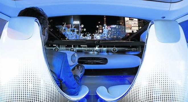 MERCEDES-BENZ. El último concepto presentado por la marca alemana en el pasado Salón de Tokio anuncia un futuro de movilidad autónoma con el F015 sin intervención del conductor.