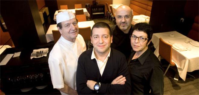 ose Varela, rodeado de izquierda a derecha por José Fernández, Pablo Caballero y Cristina Socorro. Foto: ARNAU BACH
