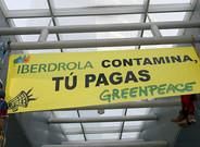 Protesta de Greenpeace ante la sede de Iberdrola.