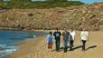 El grupo disfruta de un paseo por la cala Pilar después de presentar su gira de conciertos en Menorca