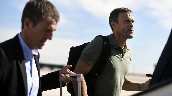 Roberto Fern�ndez y Luis Enrique suben al avi�n en un desplazamiento del Bar�a.