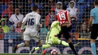 Sabin Merino marca el gol del empate a uno tras un mal despeje de Pepe.