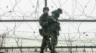 Soldados surcoreanos patrullan por la valla de alambradas en el norte de Seúl, cerca de la zona desmilitarizada de Panmunjom (Corea del Sur), el 12 de enero del 2003.