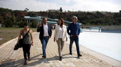 La teniente de alcalde de Territori, Gl�ria Rubio, el alcalde de Sabadell, Juli Fern�ndez, y la presidenta de la Diputaci�, Merc� Conesa, en su visita a La Bassa.