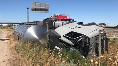 El conductor d'una grua, envestit per un camió mentre atenia un cotxe avariat